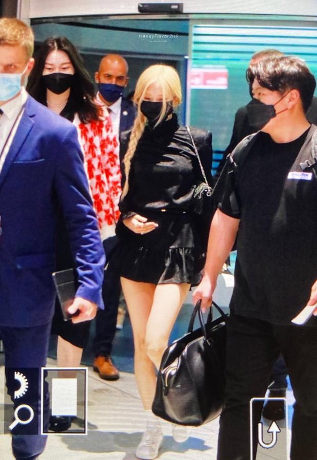 Rosé (BLACKPINK) đổ bộ sân bay Paris về Hàn sau Fashion Week: Mặt xinh như tiên tử, nhưng váy ngắn cũn chỉ sợ hớ hênh - Ảnh 6.