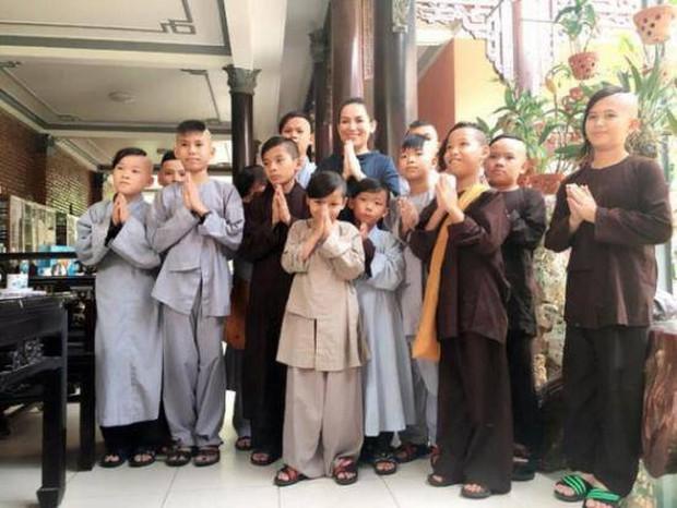 Các con nuôi của ca sĩ Phi Nhung đội tang mẹ, ánh mắt hồn nhiên và cử chỉ chăm sóc nhau gây chạnh lòng - Ảnh 3.