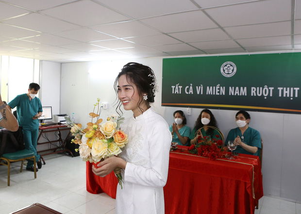 Đám cưới đặc biệt của nữ điều dưỡng tại bệnh viện dã chiến: Cô dâu chống dịch ở TP.HCM, chú rể ở Hà Nội - Ảnh 1.
