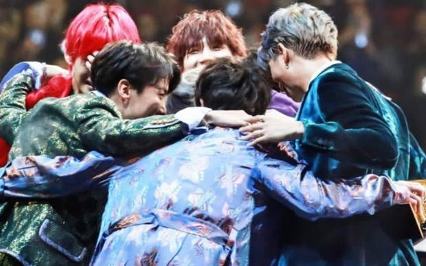 BTS nói 1 câu khi nhận Daesang mà khiến TWICE ôm nhau khóc, Wanna One và Sunmi cũng không khỏi xúc động - Ảnh 8.