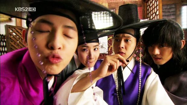 6 phim cổ trang Hàn vừa hài té ghế vừa ngọt sâu răng: Mr. Queen toàn chúa hề, thái giám Kim Yoo Jung sến chảy tim - Ảnh 8.