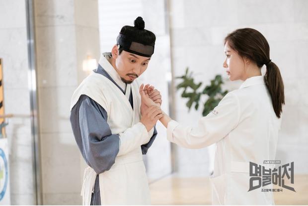 6 phim cổ trang Hàn vừa hài té ghế vừa ngọt sâu răng: Mr. Queen toàn chúa hề, thái giám Kim Yoo Jung sến chảy tim - Ảnh 10.