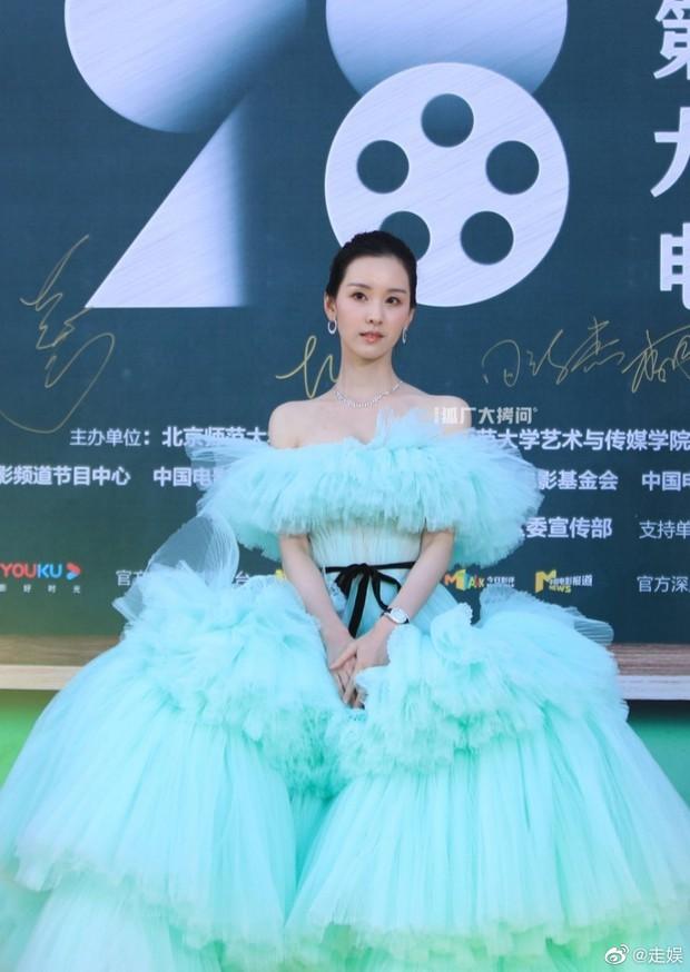 Thảm đỏ Student Awards: Tình địch Dương Mịch chặt chém bạn gái Dương Dương, ai ngờ bị nàng thơ mới lu mờ không thương tiếc - Ảnh 2.
