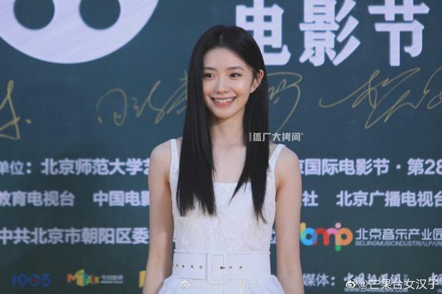 Thảm đỏ Student Awards: Tình địch Dương Mịch chặt chém bạn gái Dương Dương, ai ngờ bị nàng thơ mới lu mờ không thương tiếc - Ảnh 8.