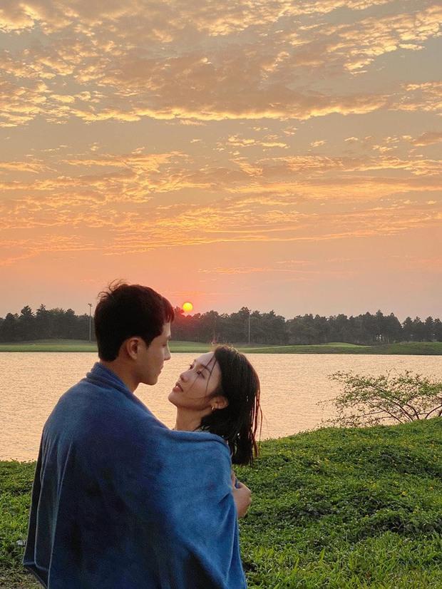 Thanh Sơn - Khả Ngân công khai phát cẩu lương: Nàng ôm ấp từ sau, chàng lộ rõ biểu cảm hạnh phúc - Ảnh 4.