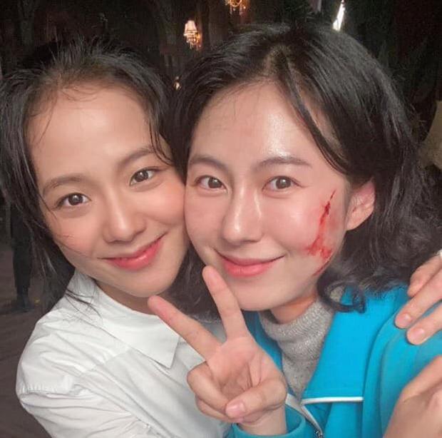 Lộ ảnh hiếm của Jisoo (BLACKPINK) ở hậu trường Snowdrop: Tóc tai rũ rượi, makeup nhạt nhòa vẫn xinh xỉu - Ảnh 1.