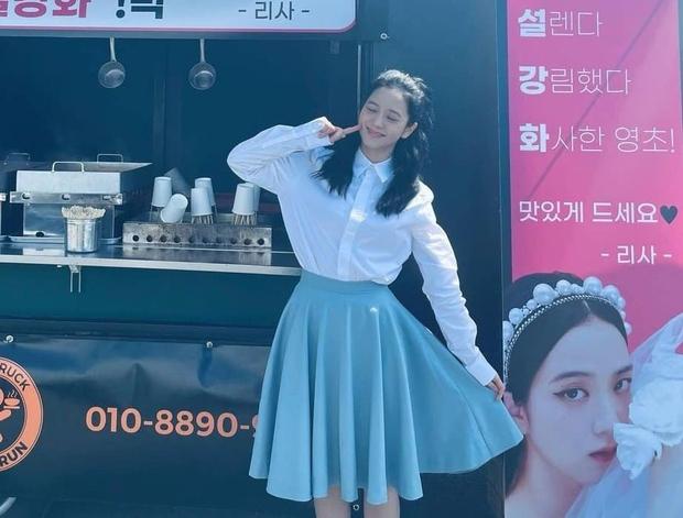 Lộ ảnh hiếm của Jisoo (BLACKPINK) ở hậu trường Snowdrop: Tóc tai rũ rượi, makeup nhạt nhòa vẫn xinh xỉu - Ảnh 2.