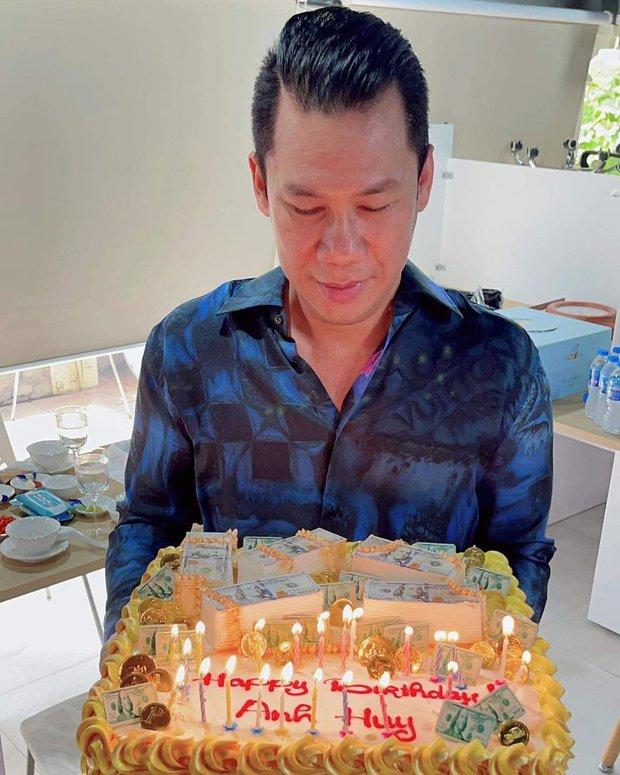 Một đại gia khét tiếng ở Việt Nam khoe quà sinh nhật mà ai cũng run rẩy, nguyên nhân đến từ chiếc bánh kem hiếm gặp  - Ảnh 2.