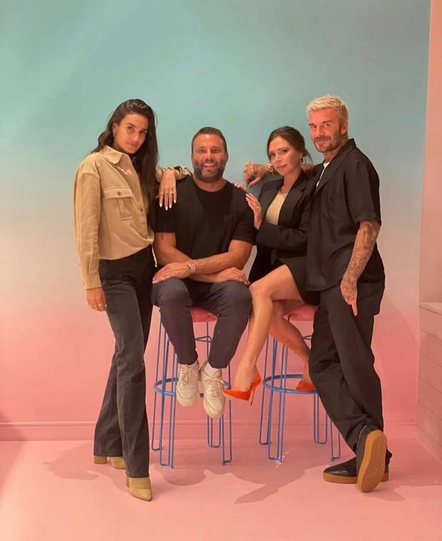 Victoria và bố con Beckham khoe sắc cùng khung hình: Harper xinh xắn nhưng spotlight đổ dồn về chân dài miên man của bà mẹ U50 - Ảnh 3.