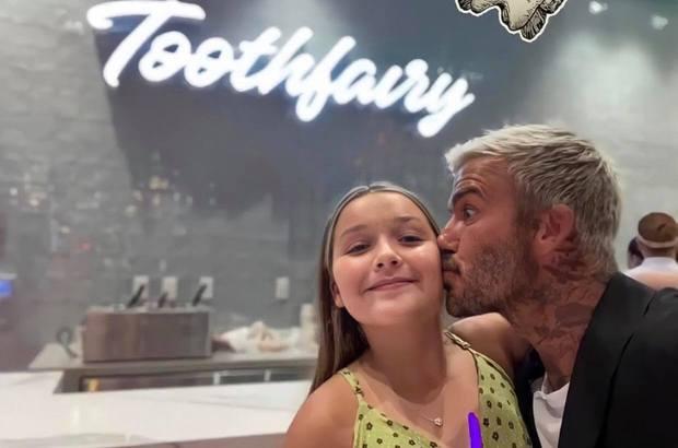 Victoria và bố con Beckham khoe sắc cùng khung hình: Harper xinh xắn nhưng spotlight đổ dồn về chân dài miên man của bà mẹ U50 - Ảnh 4.