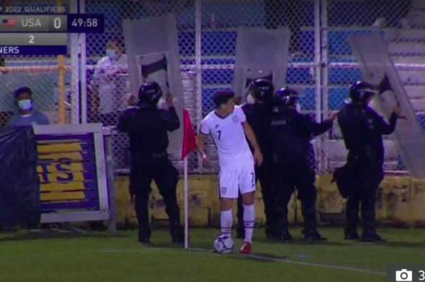 Cảnh sát phải cầm khiên bảo vệ cầu thủ ĐT Mỹ đá phạt góc - Ảnh 1.
