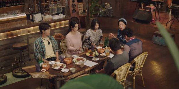 Kim Seon Ho - Shin Min Ah hợp sức hạ knock-out kẻ biến thái, thả thính nhau liên tục ở Hometown Cha-Cha-Cha tập 4 - Ảnh 1.