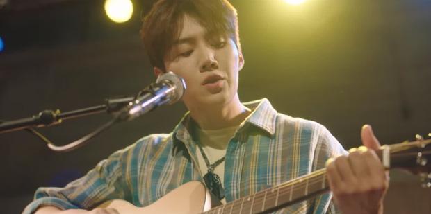 Kim Seon Ho - Shin Min Ah hợp sức hạ knock-out kẻ biến thái, thả thính nhau liên tục ở Hometown Cha-Cha-Cha tập 4 - Ảnh 2.