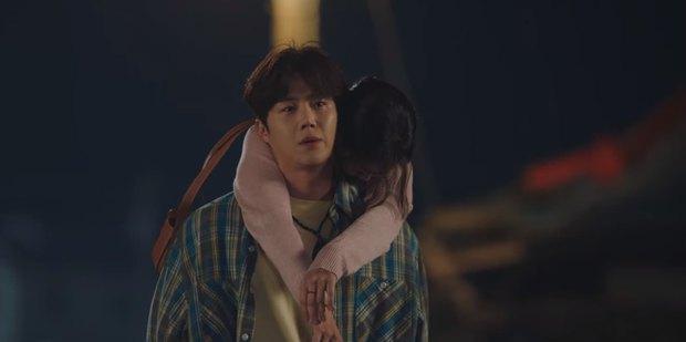 Kim Seon Ho - Shin Min Ah hợp sức hạ knock-out kẻ biến thái, thả thính nhau liên tục ở Hometown Cha-Cha-Cha tập 4 - Ảnh 3.