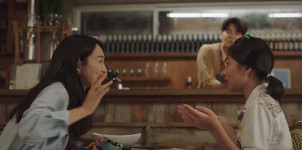 Kim Seon Ho - Shin Min Ah hợp sức hạ knock-out kẻ biến thái, thả thính nhau liên tục ở Hometown Cha-Cha-Cha tập 4 - Ảnh 4.