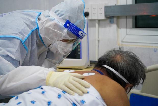 Bên trong căn phòng không bệnh nhân COVID-19 nào muốn vào, nhân viên y tế không dám xao nhãng vì sợ đổi bằng tính mạng người bệnh - Ảnh 2.