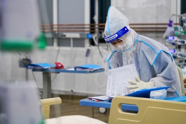 Bên trong căn phòng không bệnh nhân COVID-19 nào muốn vào, nhân viên y tế không dám xao nhãng vì sợ đổi bằng tính mạng người bệnh - Ảnh 5.