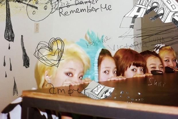 f(x) gây bão khi kỷ niệm 12 năm debut: Tất cả xả ảnh bồi hồi, Amber có hành động bất ngờ với idol quá cố Sulli - Ảnh 4.
