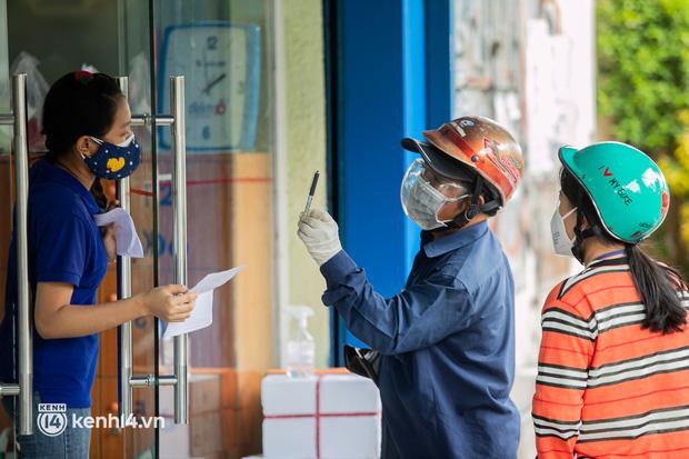 Phụ huynh loay hoay tìm mua sách cho con tại TP.HCM trong những ngày giãn cách xã hội - Ảnh 1.