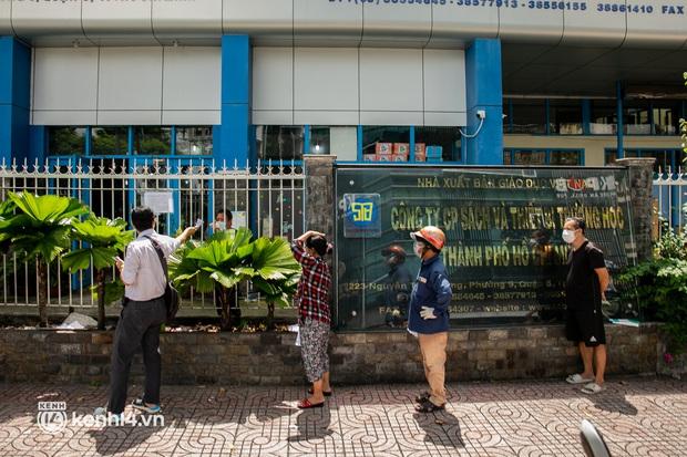 Phụ huynh loay hoay tìm mua sách cho con tại TP.HCM trong những ngày giãn cách xã hội - Ảnh 2.