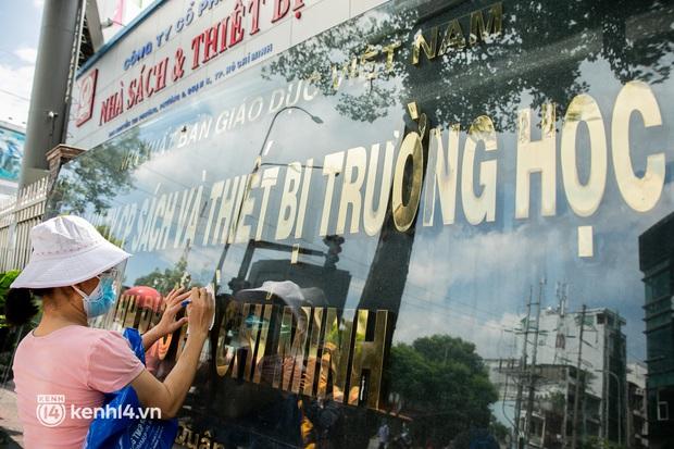 Phụ huynh loay hoay tìm mua sách cho con tại TP.HCM trong những ngày giãn cách xã hội - Ảnh 4.