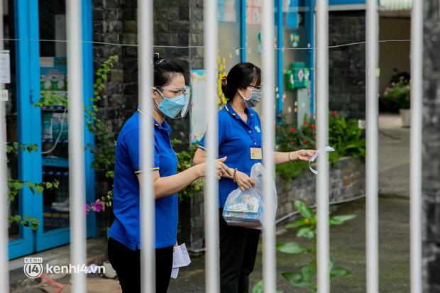 Phụ huynh loay hoay tìm mua sách cho con tại TP.HCM trong những ngày giãn cách xã hội - Ảnh 8.