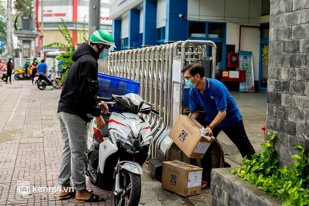 Phụ huynh loay hoay tìm mua sách cho con tại TP.HCM trong những ngày giãn cách xã hội - Ảnh 9.