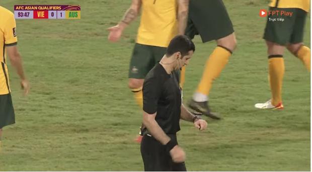 Xôn xao khoảnh khắc trọng tài đập tay với cầu thủ Australia khi kết thúc trận đấu: Chuyện gì đây? - Ảnh 5.