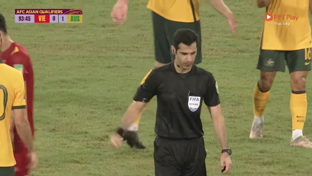 Xôn xao khoảnh khắc trọng tài đập tay với cầu thủ Australia khi kết thúc trận đấu: Chuyện gì đây? - Ảnh 4.