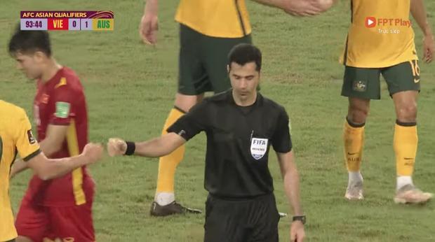 Xôn xao khoảnh khắc trọng tài đập tay với cầu thủ Australia khi kết thúc trận đấu: Chuyện gì đây? - Ảnh 3.