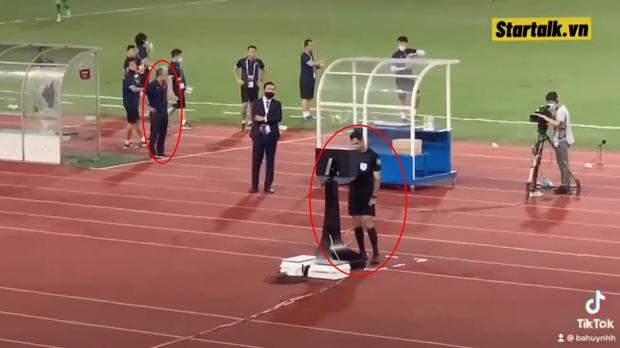 Clip: Bắt gặp thầy Park nhìn trộm khi trọng tài check VAR, biểu cảm cho tui xem với cute ngất trời  - Ảnh 3.