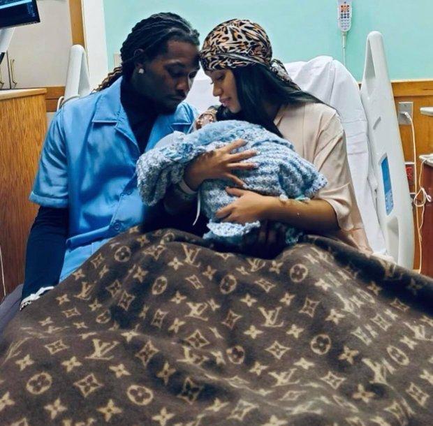 Đi đẻ kiểu nữ rapper giàu nhất nhì Hollywood Cardi B: Làm nail, ôm con mới sinh cũng phải đắp chăn Louis Vuitton 27 triệu mới chịu - Ảnh 2.