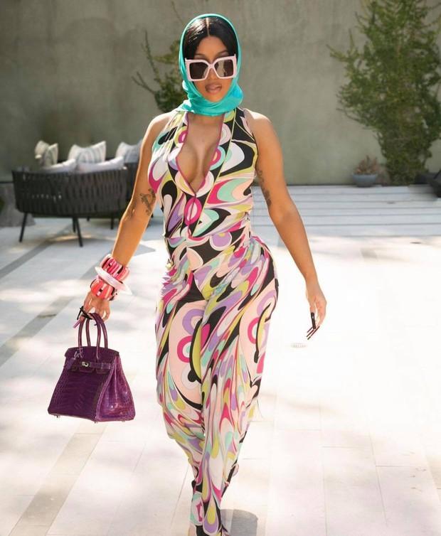 Đi đẻ kiểu nữ rapper giàu nhất nhì Hollywood Cardi B: Làm nail, ôm con mới sinh cũng phải đắp chăn Louis Vuitton 27 triệu mới chịu - Ảnh 6.