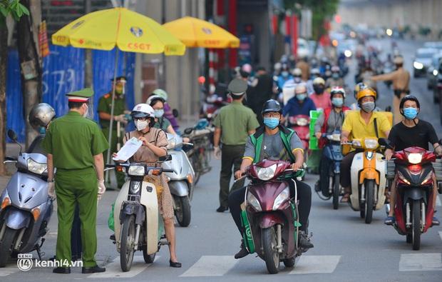 Hà Nội cho phép người dân tiếp tục sử dụng Giấy đi đường mẫu cũ - Ảnh 1.