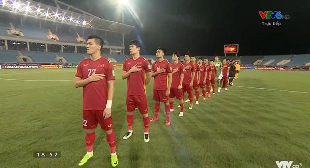 Hình ảnh xót xa trên sân: Có một Đặng Văn Lâm buồn bã phía sau những cầu thủ Australia đang ăn mừng - Ảnh 2.
