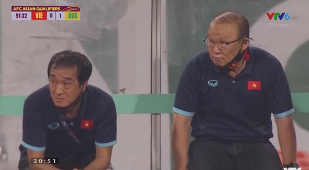 Clip: Bắt gặp thầy Park nhìn trộm khi trọng tài check VAR, biểu cảm cho tui xem với cute ngất trời  - Ảnh 5.