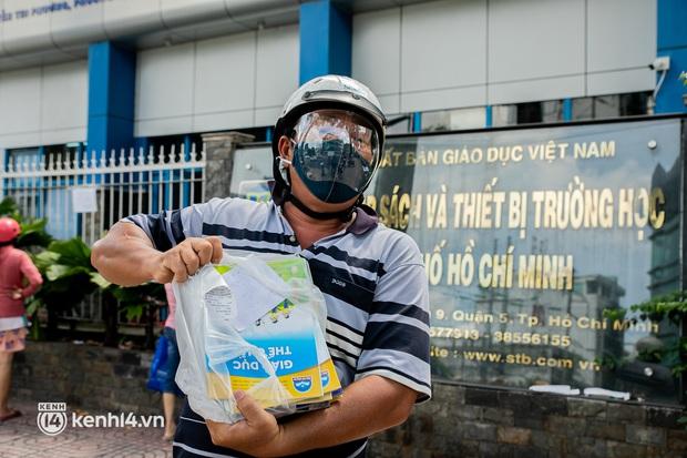 Phụ huynh loay hoay tìm mua sách cho con tại TP.HCM trong những ngày giãn cách xã hội - Ảnh 12.