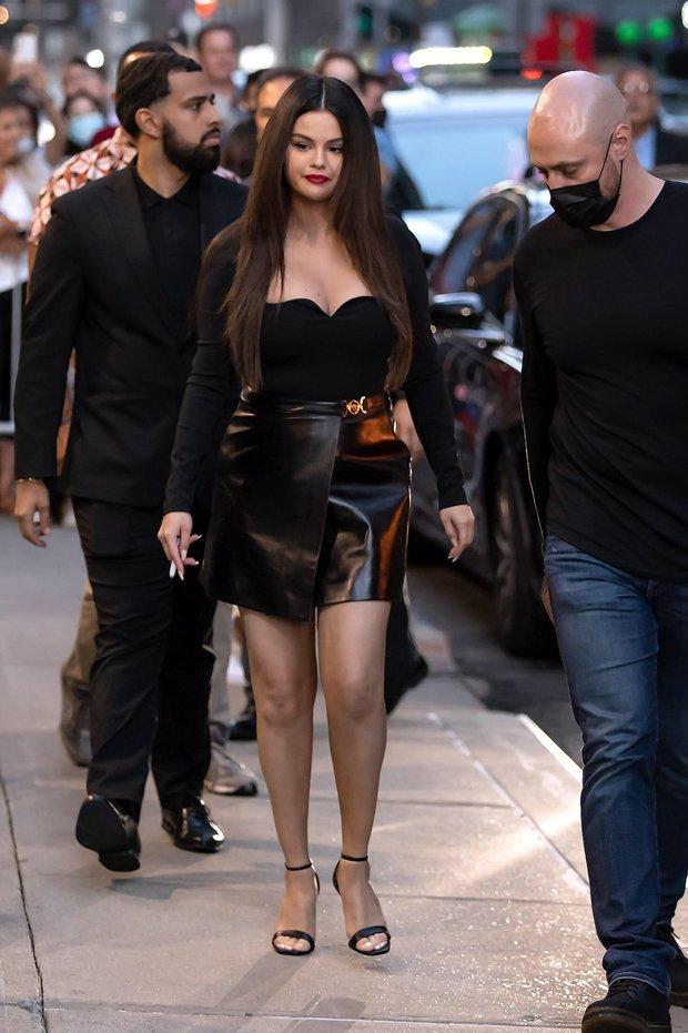 Selena Gomez gây sốc với màn tăng cân chưa từng có, bụng mỡ lồ lộ nhưng vẫn được khen hết lời ở 1 điểm mới đỉnh cao - Ảnh 10.