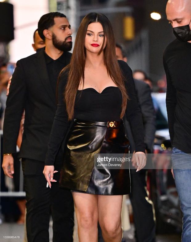 Selena Gomez gây sốc với màn tăng cân chưa từng có, bụng mỡ lồ lộ nhưng vẫn được khen hết lời ở 1 điểm mới đỉnh cao - Ảnh 11.