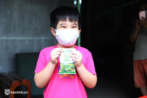 Xe tải luồn hẻm, chở chú bộ đội đưa hàng trăm phần quà Trung thu đến trẻ em xóm trọ nghèo ở Sài Gòn - Ảnh 6.