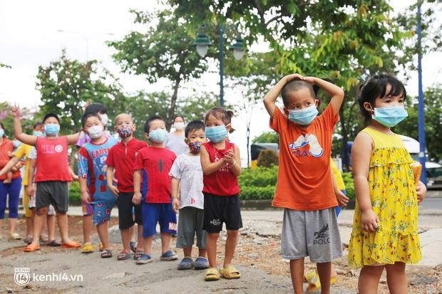 Xe tải luồn hẻm, chở chú bộ đội đưa hàng trăm phần quà Trung thu đến trẻ em xóm trọ nghèo ở Sài Gòn - Ảnh 7.