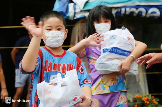 Xe tải luồn hẻm, chở chú bộ đội đưa hàng trăm phần quà Trung thu đến trẻ em xóm trọ nghèo ở Sài Gòn - Ảnh 4.