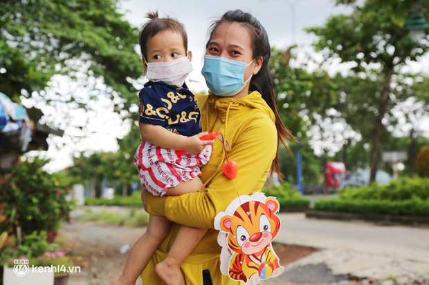 Xe tải luồn hẻm, chở chú bộ đội đưa hàng trăm phần quà Trung thu đến trẻ em xóm trọ nghèo ở Sài Gòn - Ảnh 9.
