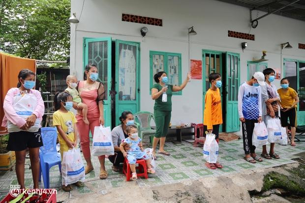 Xe tải luồn hẻm, chở chú bộ đội đưa hàng trăm phần quà Trung thu đến trẻ em xóm trọ nghèo ở Sài Gòn - Ảnh 12.