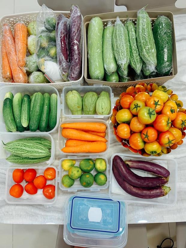 Mẹ bỉm Sài Gòn có tips bảo quản thực phẩm mùa dịch cực khoa học, thú vị nhất là tiết mục phơi rau - Ảnh 1.