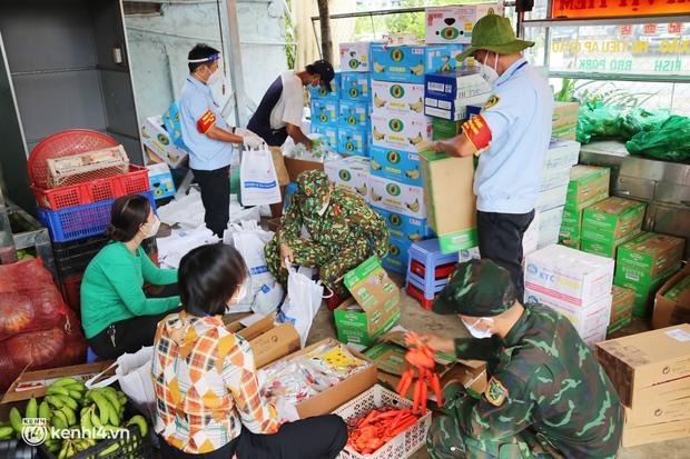 Xe tải luồn hẻm, chở chú bộ đội đưa hàng trăm phần quà Trung thu đến trẻ em xóm trọ nghèo ở Sài Gòn - Ảnh 1.