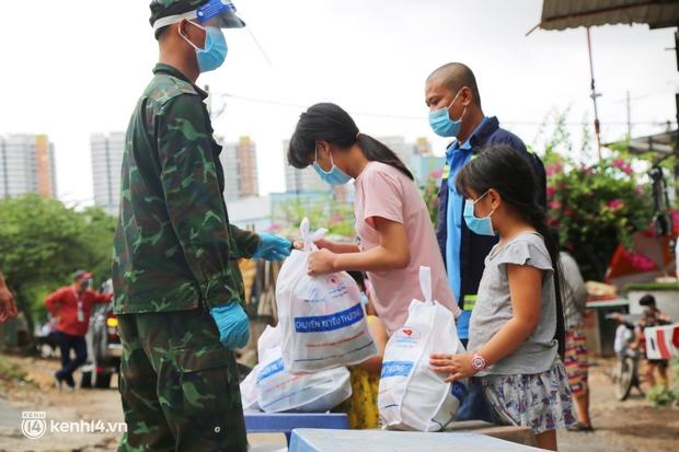 Xe tải luồn hẻm, chở chú bộ đội đưa hàng trăm phần quà Trung thu đến trẻ em xóm trọ nghèo ở Sài Gòn - Ảnh 3.