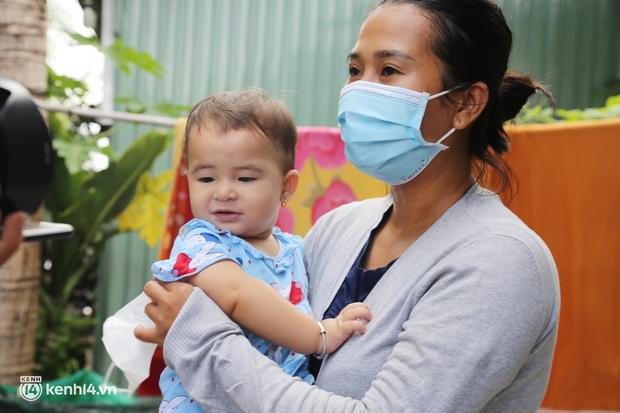Xe tải luồn hẻm, chở chú bộ đội đưa hàng trăm phần quà Trung thu đến trẻ em xóm trọ nghèo ở Sài Gòn - Ảnh 11.