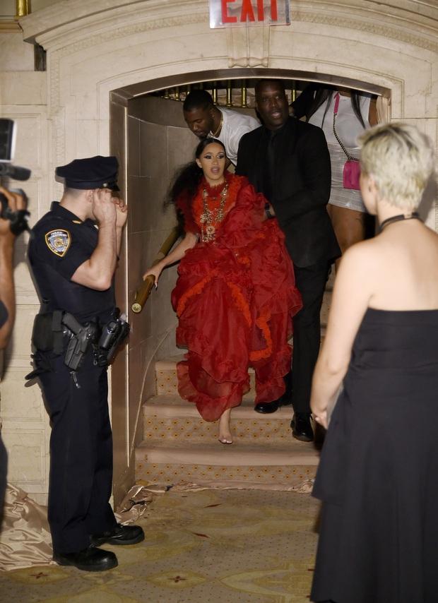 Cardi B và Nicki Minaj từng choảng nhau ngày này 3 năm trước, nhưng đó lại không phải màn ném guốc đầu tiên của kẻ u đầu! - Ảnh 9.