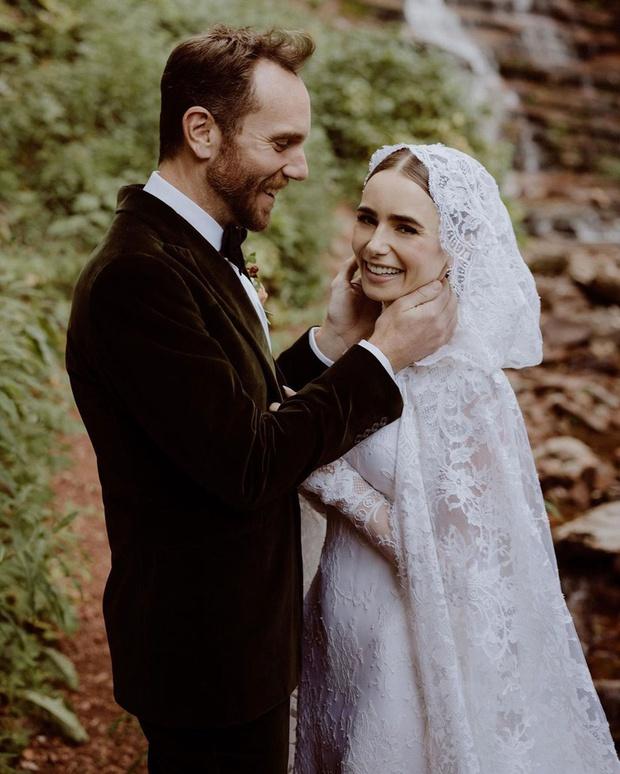 Bạch Tuyết Lily Collins chính thức kết hôn với đạo diễn hơn 6 tuổi, ảnh cưới gây bão vì đẹp như thước phim Twilight - Ảnh 2.
